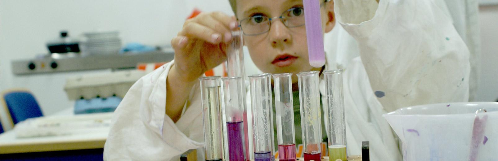 Junge beim wissenschaftlichen Experimentieren